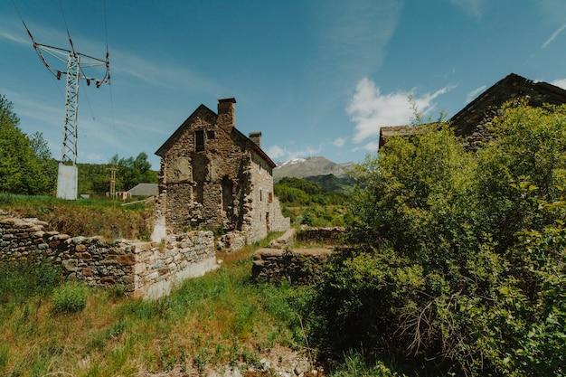 Paisagem ensolarada de um campo com uma casa
