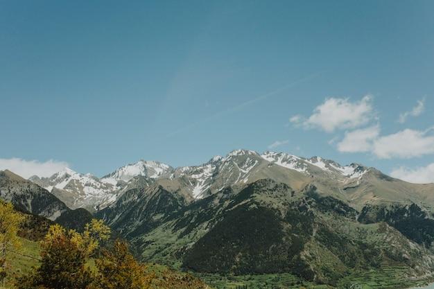 Paisagem ensolarada de uma montanha