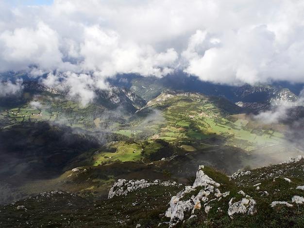 Paisagem exuberante e verde de uma montanha