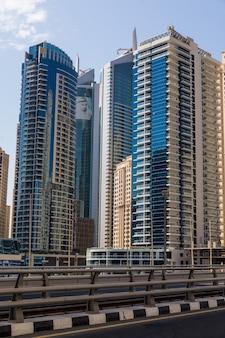 Paisagem futurista da cidade de arranha-céus em um dia ensolarado.