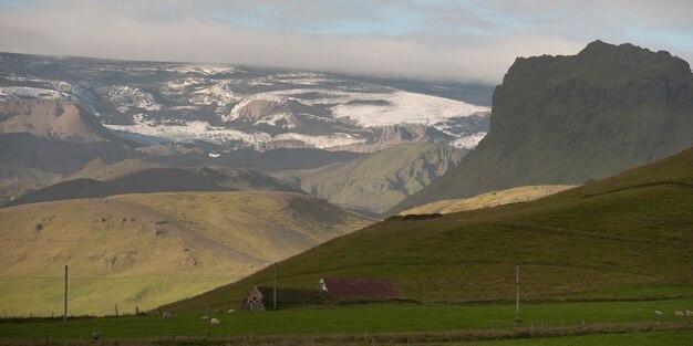 Paisagem, geleiras, montanhas e terras agrícolas, com celeiros