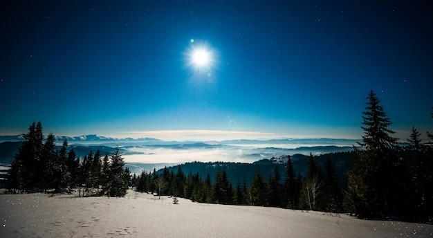 Paisagem hipnotizante de pista de esqui com neve