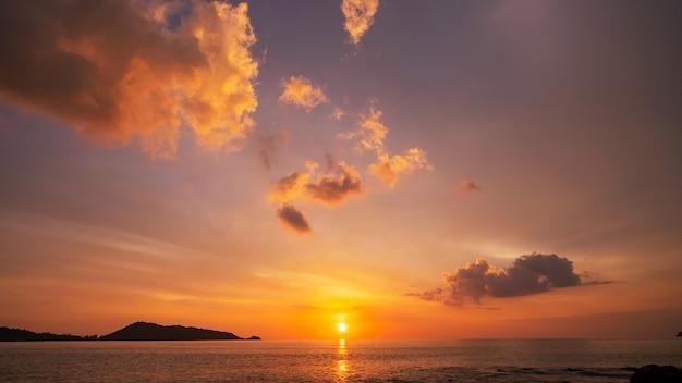 Paisagem incrível com nuvens do sol sobre o mar com céu dramático pôr do sol ou nascer do sol fundo e textura minimalistas da natureza bonita e paisagem panorâmica da natureza céu claro dramático e nuvens.