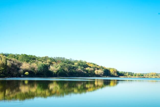 Paisagem incrível de lago com água verde clara e céu azul perfeito