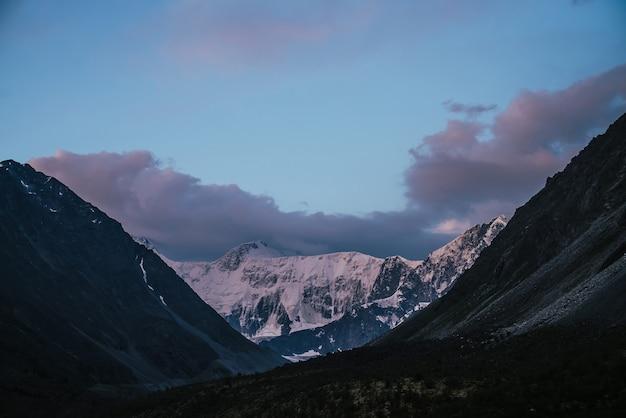 Paisagem incrível do pôr do sol com montanhas nevadas rosa