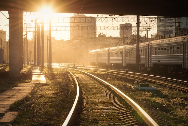 Paisagem industrial colorida com plataforma ferroviária, semáforo