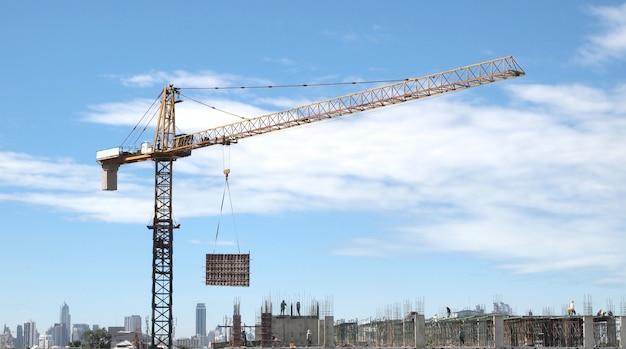 Paisagem industrial com guindastes no céu azul