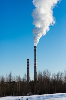 Paisagem industrial, guindastes, tubos com fumaça. poluição do ar por chaminés, ecológica
