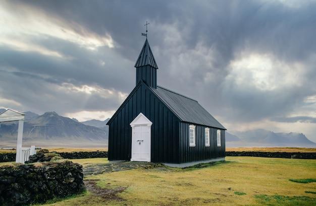 Paisagem islandesa com igreja negra