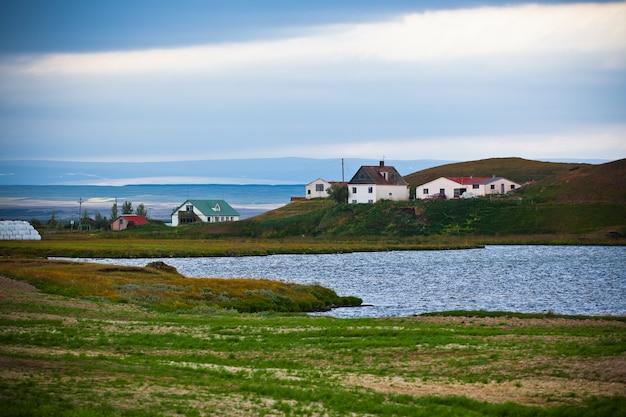 Paisagem islandesa com pequena localização na costa do fiorde. tiro horizontal