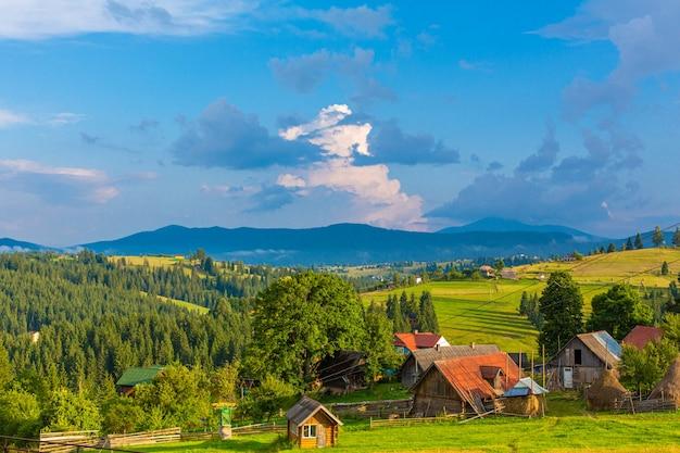 Paisagem linda de verão da vila entre as montanhas karpaty.