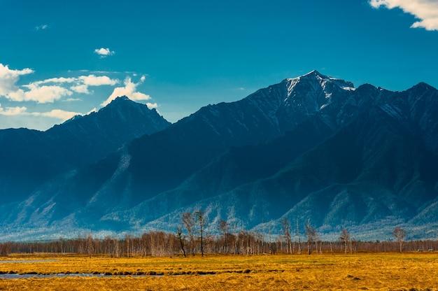Paisagem linda primavera das montanhas ocidentais de sayan.