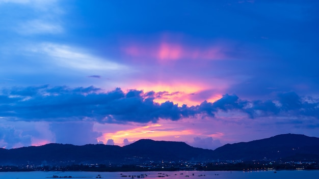Paisagem longa exposição de nuvens majestosas no pôr do sol do céu crepuscular ou nascer do sol sobre o mar com reflexo no mar tropical.