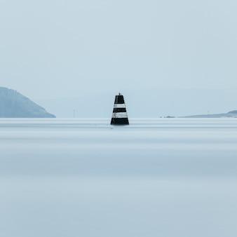 Paisagem marinha minimalista de longa exposição filmada em guernsey