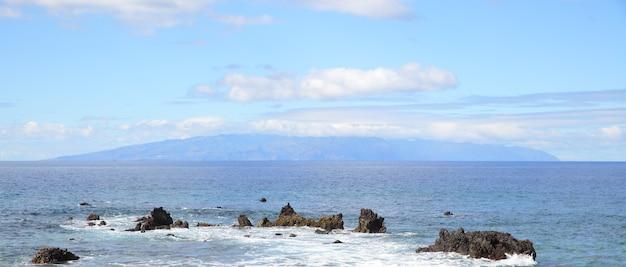 Paisagem marítima do oceano atlântico e a ilha la gomera no horizonte, ilhas canárias