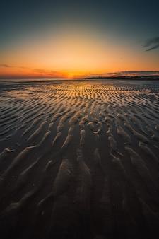 Paisagem marítima hipnotizante durante o pôr do sol