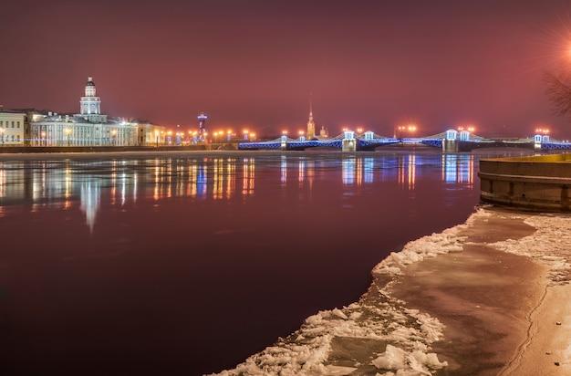 Paisagem matinal rosa de inverno do neva em são petersburgo com vista para a ponte do palácio e a kunstkamera