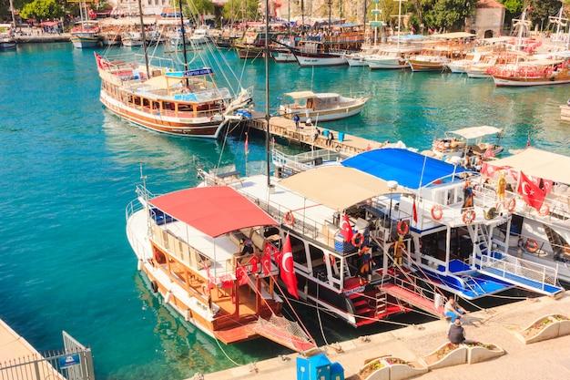 Paisagem mediterrânica em antalya. vista das montanhas, mar, iates e a cidade