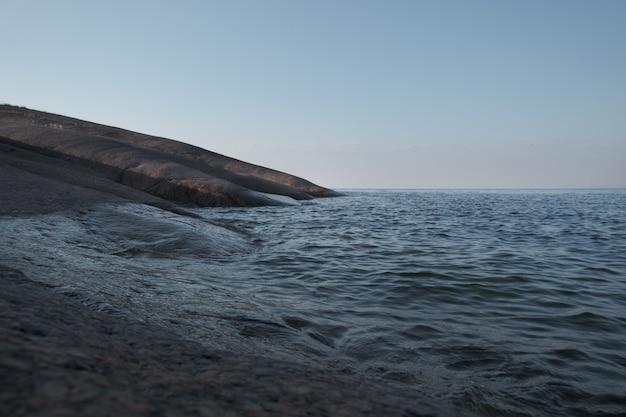 Paisagem minimalista. costa de granito do mar báltico