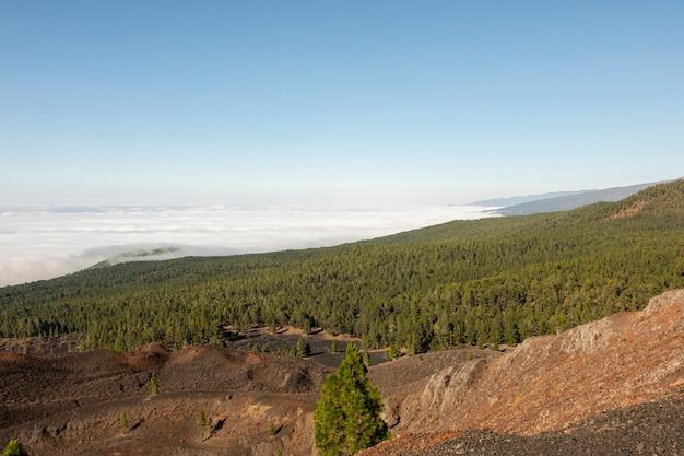Paisagem montanhosa acima das nuvens