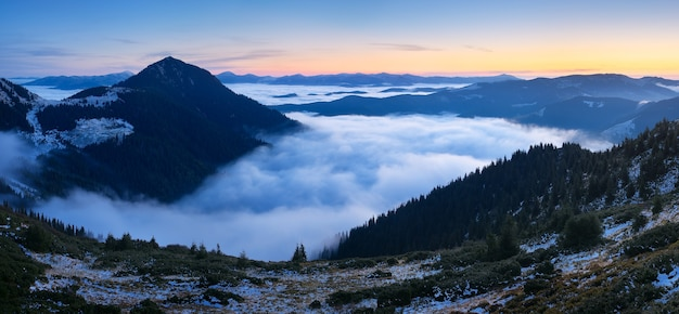 Paisagem montanhosa ao amanhecer. panorama com belas nuvens e nevoeiro. cárpatos, ucrânia, europa