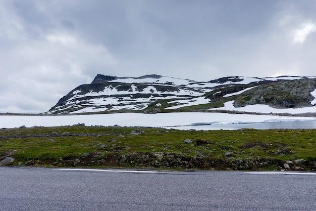 Paisagem montanhosa ao longo da rota turística nacional aurlandstjellet. flotane. bjorgavegen. noruega ocidental
