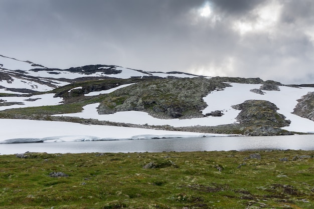 Paisagem montanhosa ao longo da rota turística nacional aurlandstjellet. flotane. noruega ocidental