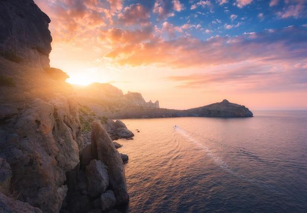 Paisagem montanhosa ao pôr do sol