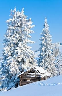 Paisagem montanhosa calma de inverno com galpão (monte kukol, montanhas dos cárpatos, ucrânia)