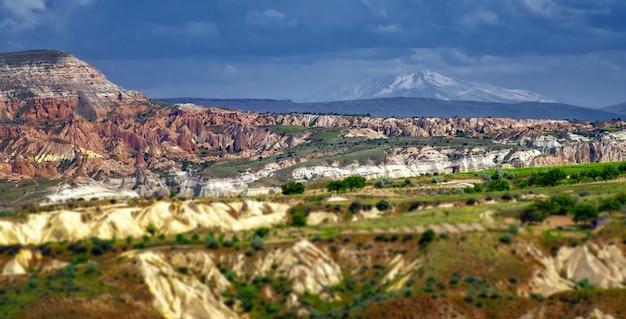 Paisagem montanhosa capadócia, anatólia, turquia. montanhas vulcânicas no parque nacional de goreme.