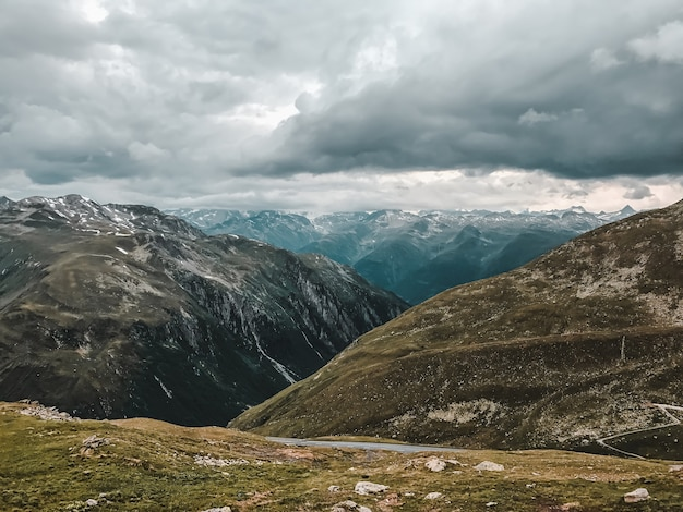 Paisagem montanhosa, colinas e cumes sob céu encoberto