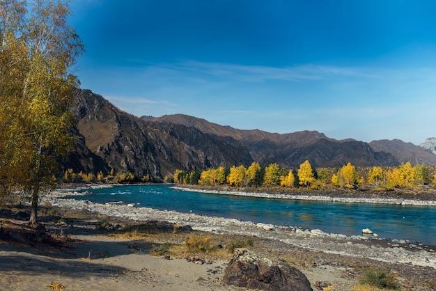 Paisagem montanhosa colorida. vale do rio em dia ensolarado de outono.