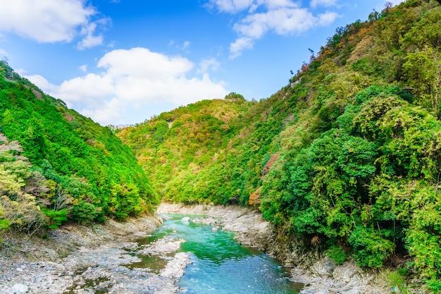 Paisagem montanhosa com céu azul e rio hozu visto