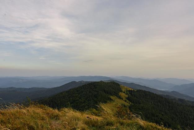 Paisagem montanhosa com céu azul