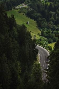 Paisagem montanhosa com estrada de montanha.