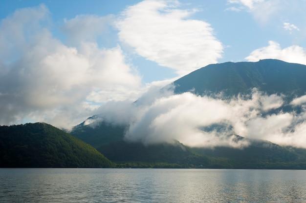 Paisagem montanhosa com formação de nuvens
