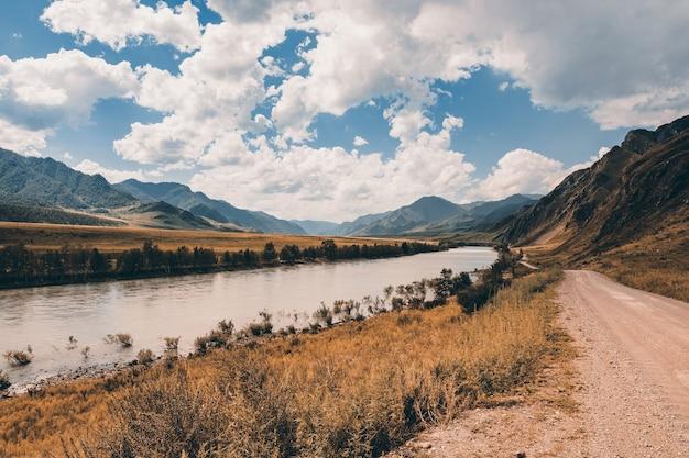 Paisagem montanhosa com rebite e estrada de terra