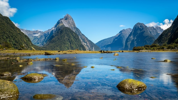 Paisagem montanhosa com reflexo de lago e água