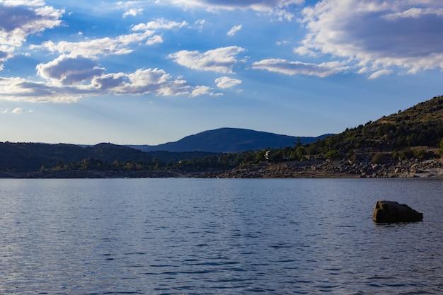 Paisagem montanhosa com um lago de água turquesa.