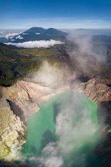 Paisagem montanhosa com um vulcão