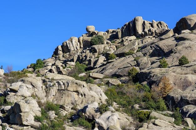 Paisagem montanhosa de grandes rochas graníticas, altas formações rochosas com formas espetaculares. cidade, valdemanco, madrid.