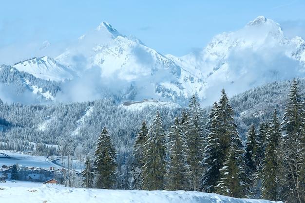 Paisagem montanhosa de inverno com abetos (arredores da vila de heiterwang, áustria, tirol)