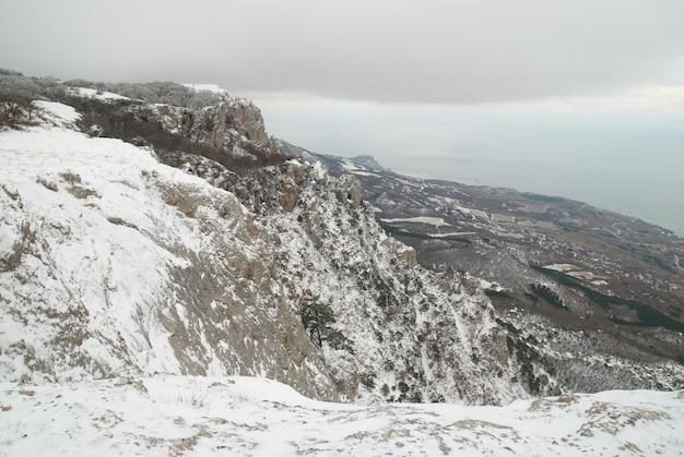 Paisagem montanhosa de inverno com neve