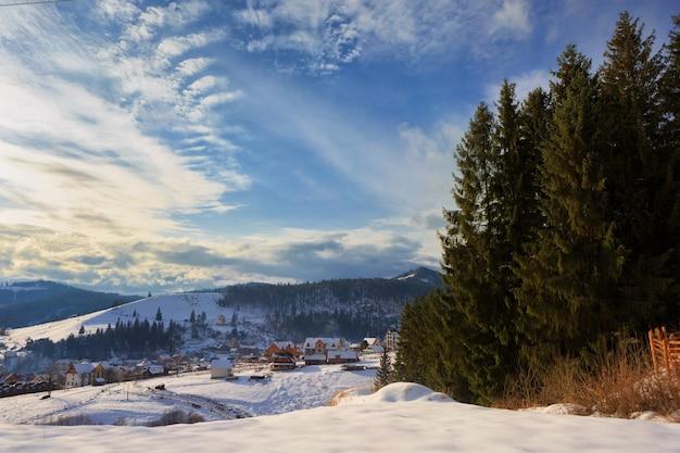 Paisagem montanhosa de inverno, contra um lindo céu com nuvens brancas. cárpatos
