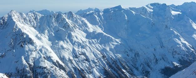 Paisagem montanhosa de inverno do teleférico de cabine em encostas nevadas (tirol, áustria).
