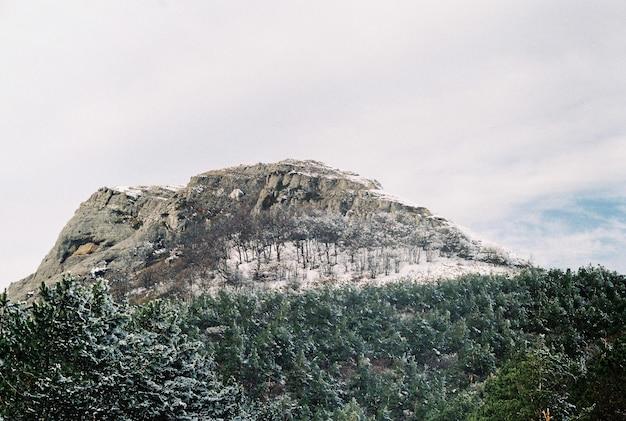 Paisagem montanhosa de inverno os picos das montanhas estão cobertos de neve