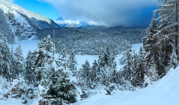 Paisagem montanhosa de inverno. vista de fern pass a leste com o lago blindsee, na áustria.