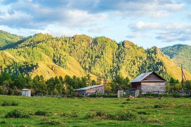 Paisagem montanhosa de outono à noite aldeia montanhosa de altai na rússia de bichiktuboom