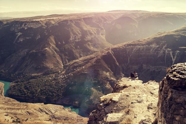 Paisagem montanhosa, desfiladeiro, rio no sopé das montanhas, sol forte