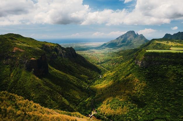 Paisagem montanhosa do desfiladeiro na ilha da maurícia, montanhas verdes da selva da maurícia.